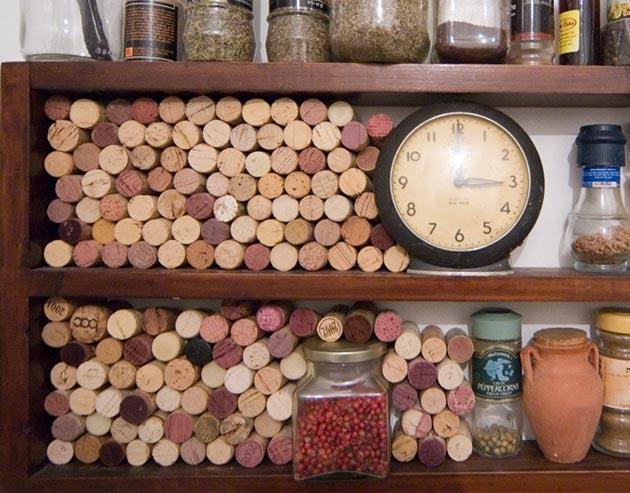 פינת אוסף הפקקים אצלי במדפי התבלינים במטבח